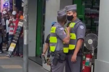 policial - PM ameaça colega de farda com arma diante de multidão - VEJA VÍDEO
