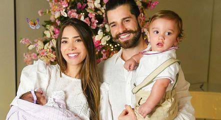 romana e alok ao lado dos filhos ravi e raika 25122020073333985 - 'DEUS CUIDA DOS DETALHES': Filha de Alok e Romana recebe alta da UTI e passa Natal com a família