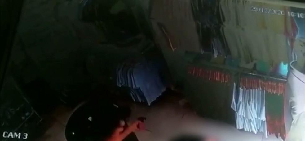 roubo camera de seguranca - Câmera de segurança registra momento em que loja é assaltada, em Campina Grande - VEJA VÍDEO
