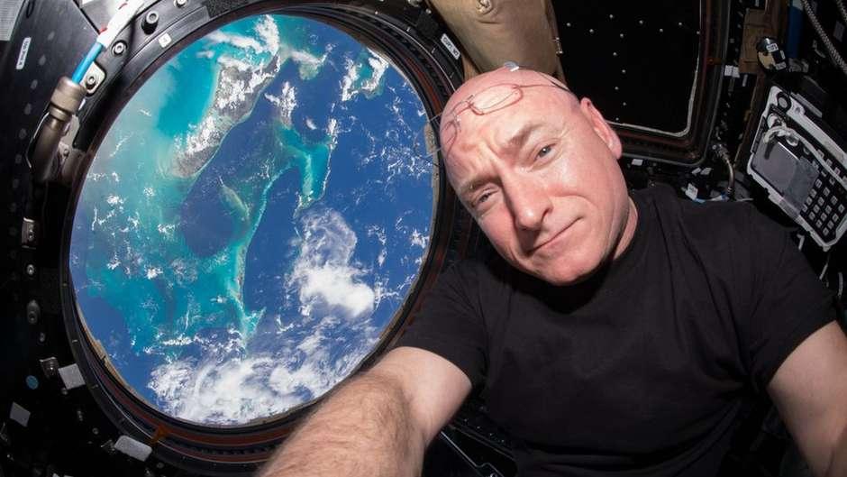 """116216920191271657238017c95968o - Astronauta conta como sobreviveu a um ano no espaço: """"sem natureza, mas com fantasia de gorila"""""""