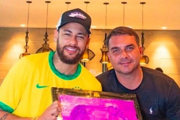 """Neymar e Flavio Bolsonaro 2 600x400 1 - Fãs """"cancelam"""" Neymar após foto com Flávio Bolsonaro no Rio"""