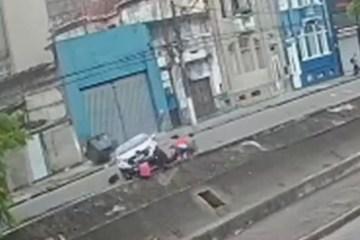 Carro atropela quatro pessoas da mesma família e cai em canal