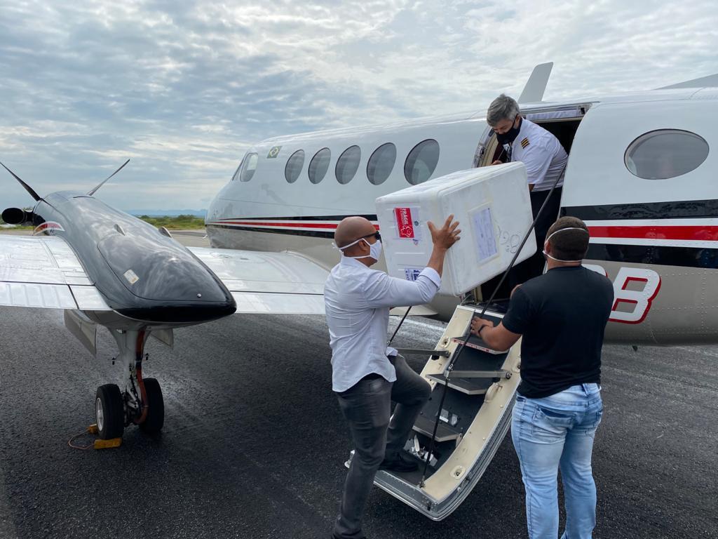 avião chegando - Doses de vacinas contra o covid-19 chegam em cidades do Sertão da Paraíba
