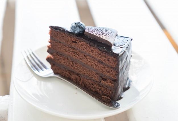 bolo de chocolate 1339 7270 - Homem possui síndrome que o deixa bêbado ao comer doces - ENTENDA