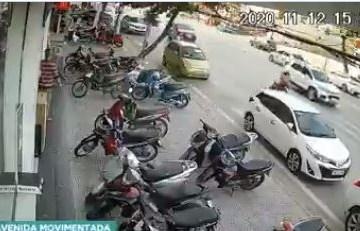 carro 2 - Roda de carro se solta no meio da rua e vai parar dentro de uma loja