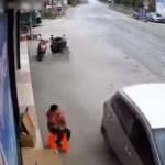 carro 3 - Carro em alta velocidade invade calçada e atropelas duas pessoas antes de bater