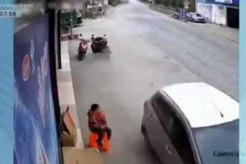 Carro em alta velocidade invade calçada e atropelas duas pessoas antes de bater