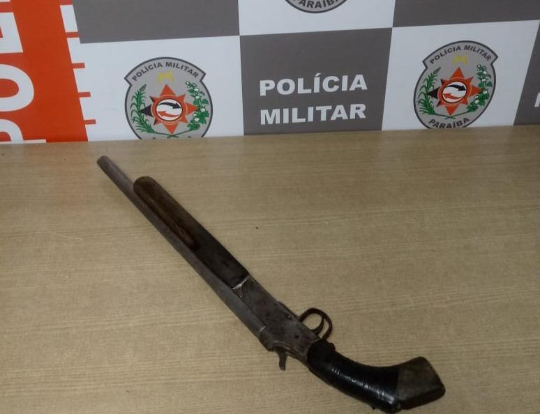 espingarda - Polícia prende jovem de 19 anos de posse de uma espingarda, em João Pessoa
