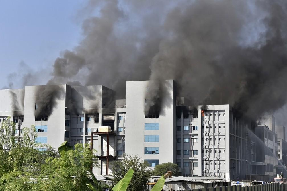foto fabrica india - Incêndio atinge fábrica de vacinas na Índia; local produz vacina de Oxford