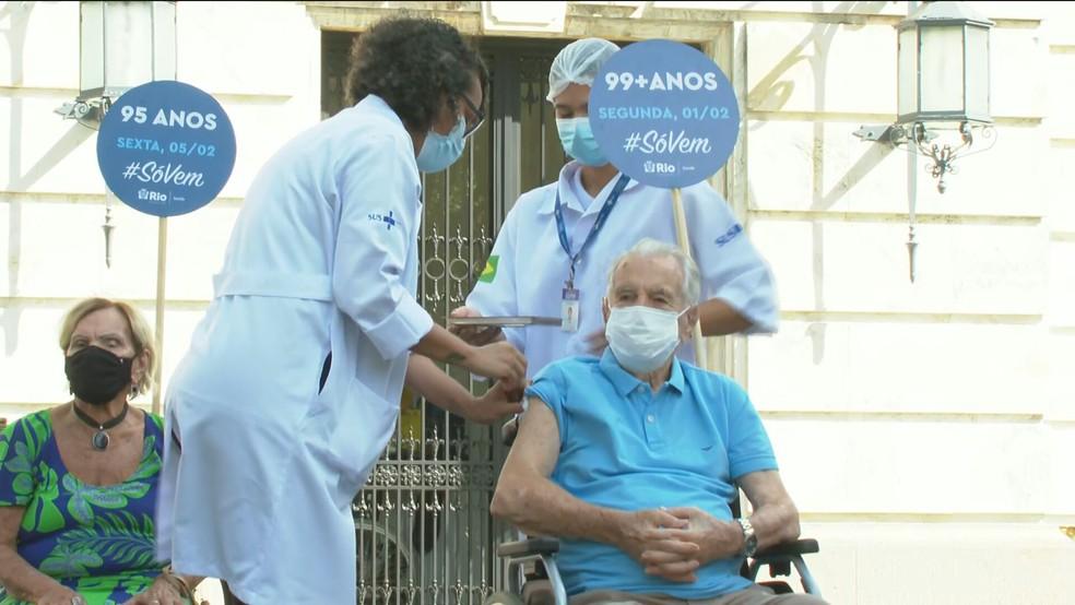 orlaks - Orlando Drummond, intérprete do Seu Peru, é vacinado contra a Covid-19: 'Sou um abençoado'