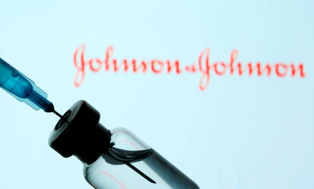 x91386329 FILE PHOTO A vial and sryinge are seen in front of a displayed JohnsonampJohnson logo in t.jpg.pagespeed.ic .lt24w1wcr7 - Johnson diz que pode vender vacina contra Covid ao Brasil; entenda