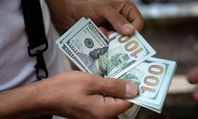 2020 06 08t201234z 1 lynxmpeg571qz rtroptp 4 mideast iran usa - Dólar fecha em queda de olho em eleições na Câmara e no Senado