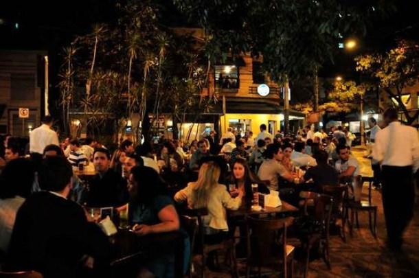 22.02 EM Bares no bairro Lourdes - Natal decreta fechamento de bares e restaurantes às 22h, proíbe venda de bebidas alcoólicas à noite e determina 'trabalho remoto'