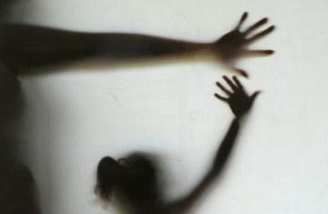 2511090910ef1 418x235 1 - Mãe que compartilhava filha com namorados 'durante relações sexuais' é condenada por estupro