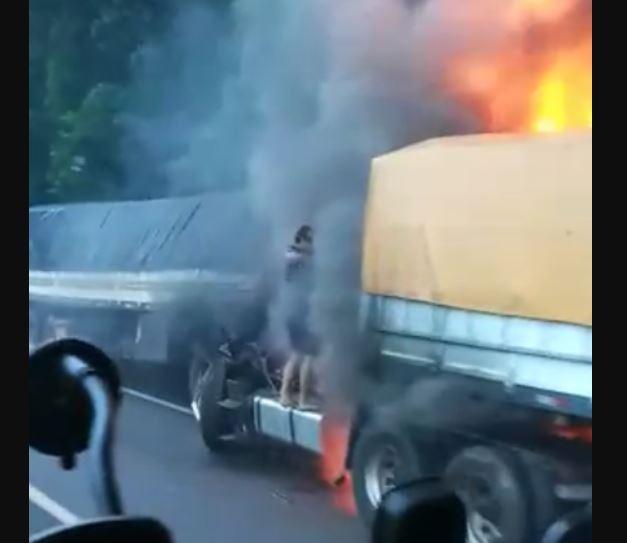 CAMI - Pai tenta salvar, mas filho morre carbonizado em batida de seus caminhões - VEJA VÍDEO
