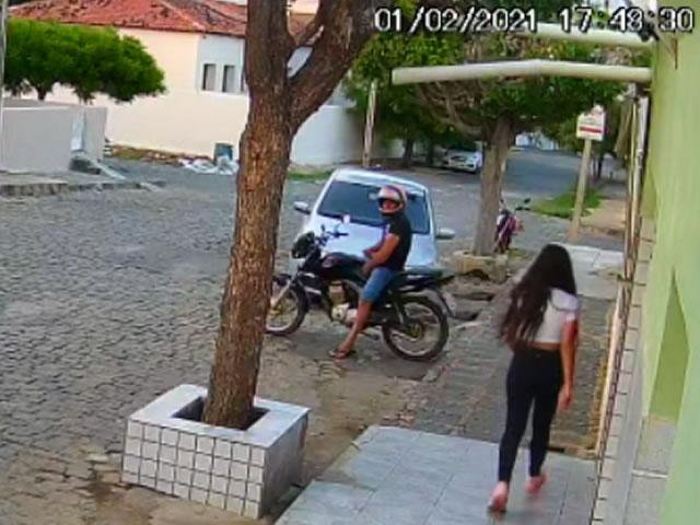 Cajazeiras - Câmera de segurança flagra homem se mastubando em frente a mulheres em Cajazeiras - ASSISTA