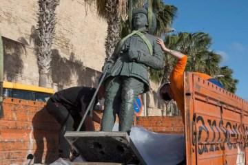 Capturar 45 - Em dia histórico, Espanha remove última estátua do ditador Franco