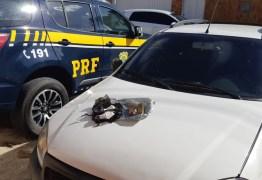 PRF na Paraíba prende dois homens com maconha e cocaína em veículo roubado