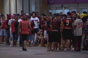 Torcedores do Flamengo comemoram aglomerados e sem máscara – Veja fotos