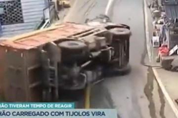 Caminhão carregado de tijolos vira sobre pedestres: duas pessoas morreram