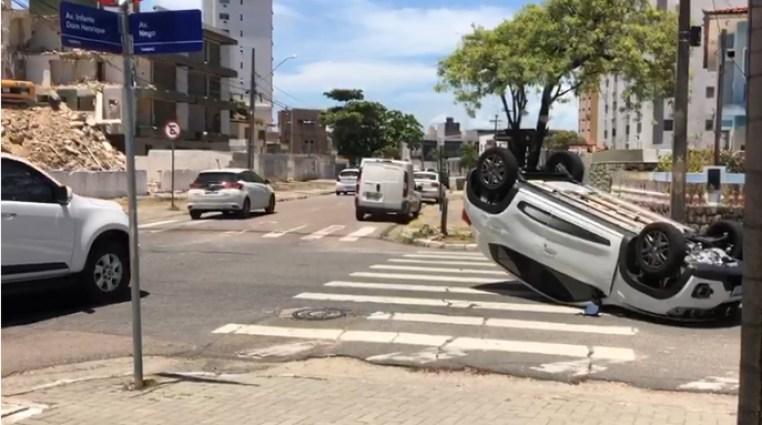 csm avenida nego capotamento 64822c1a30 - ACIDENTE EM JP: Carro capota em cruzamento após sofrer colisão
