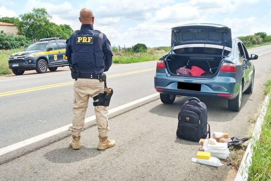 drogas - Adolescente é apreendida com 10kg de crack em mochila durante viagem de táxi para Cajazeiras; carga é avaliada em R$ 90 mil