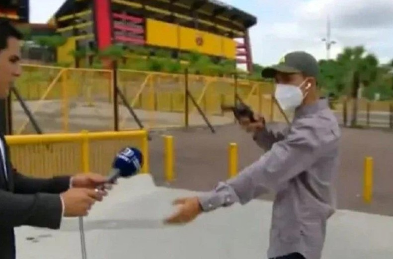 imagem 2021 02 18 204239 - Repórter e cinegrafista sofrem assalto antes de entrada ao vivo em estádio - VEJA VÍDEO