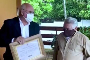 Vereador Marcos Henriques entrega Voto de Aplauso ao artista pernambucano Oliveira de Panelas – VEJA VÍDEO