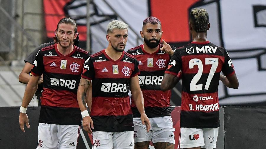 jogadores do flamengo comemoram gol de gabigol sobre o vasco da gama 1612487978554 v2 900x506 - Por que nenhum time consegue assumir o posto de favorito do Beasil?
