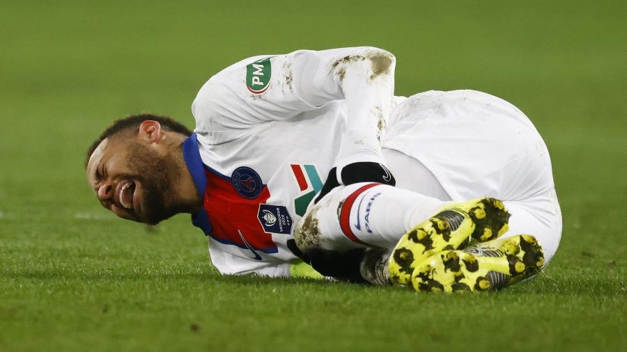 """neymar durante jogo do psg contra o caen pela copa da franca 1612997631515 v2 900x506 - Técnico do Caen detona Neymar após lesão: """"chorar eu deixo para ele"""""""