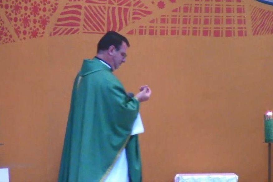 padre - Bala perdida atinge teto de igreja e cai aos pés de padre durante missa