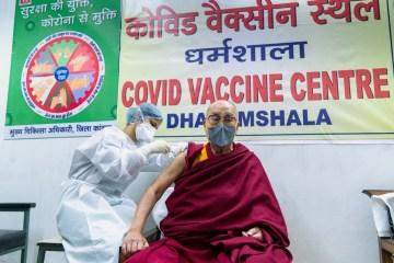 2021 03 06t125843z 93915264 rc2m5m9ami2q rtrmadp 3 health coronavirus vaccine dalailama - Dalai Lama recebe vacina contra a Covid-19 e faz apelo por vacinação no mundo