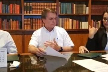 Mão misteriosa surge de repente e assusta Bolsonaro