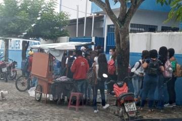 Pais denunciam aglomeração de estudantes em escola municipal de Araruna, na Paraíba