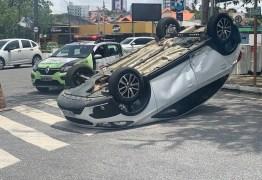 Padre perde controle de carro após colisão e veículo capota em Campina Grande