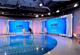 SUSTO: Mulher nua invade estúdio de TV e tenta ferir apresentadora – VEJA VÍDEO