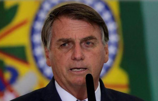 Com spray, Bolsonaro insiste em medicamento sem eficácia contra covid-19