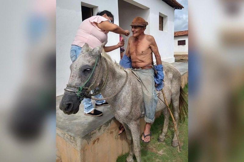 DANDO EXEMPLO: Imagem de idoso paraibano recebendo vacina em cima de cavalo viraliza na internet