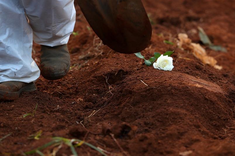 enterro de vitima da covid 19 em cemiterio vila formosa em sao paulo - TRÁGICO NÚMERO: Brasil bate recorde e registra 4.249 mortes por Covid-19 em 24 h