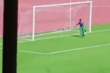 f228a2c56bb084965e7dfc80204618fe - Gandula vê time sofrer contra-ataque, invade o campo e impede gol; veja o momento