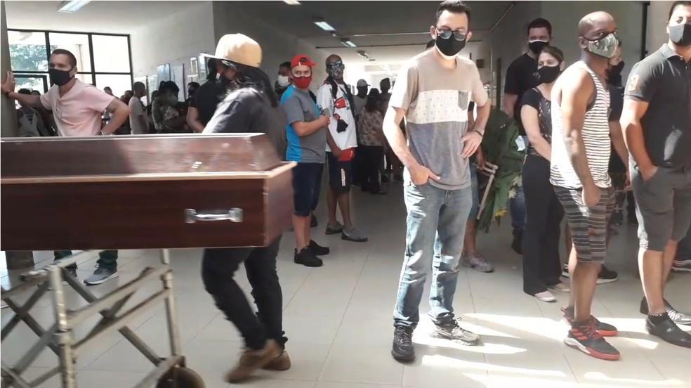 vila formosa - TRISTEZA E DESESPERO: Famílias se aglomeram à espera de caixões de parentes vítimas da Covid-19 em cemitério