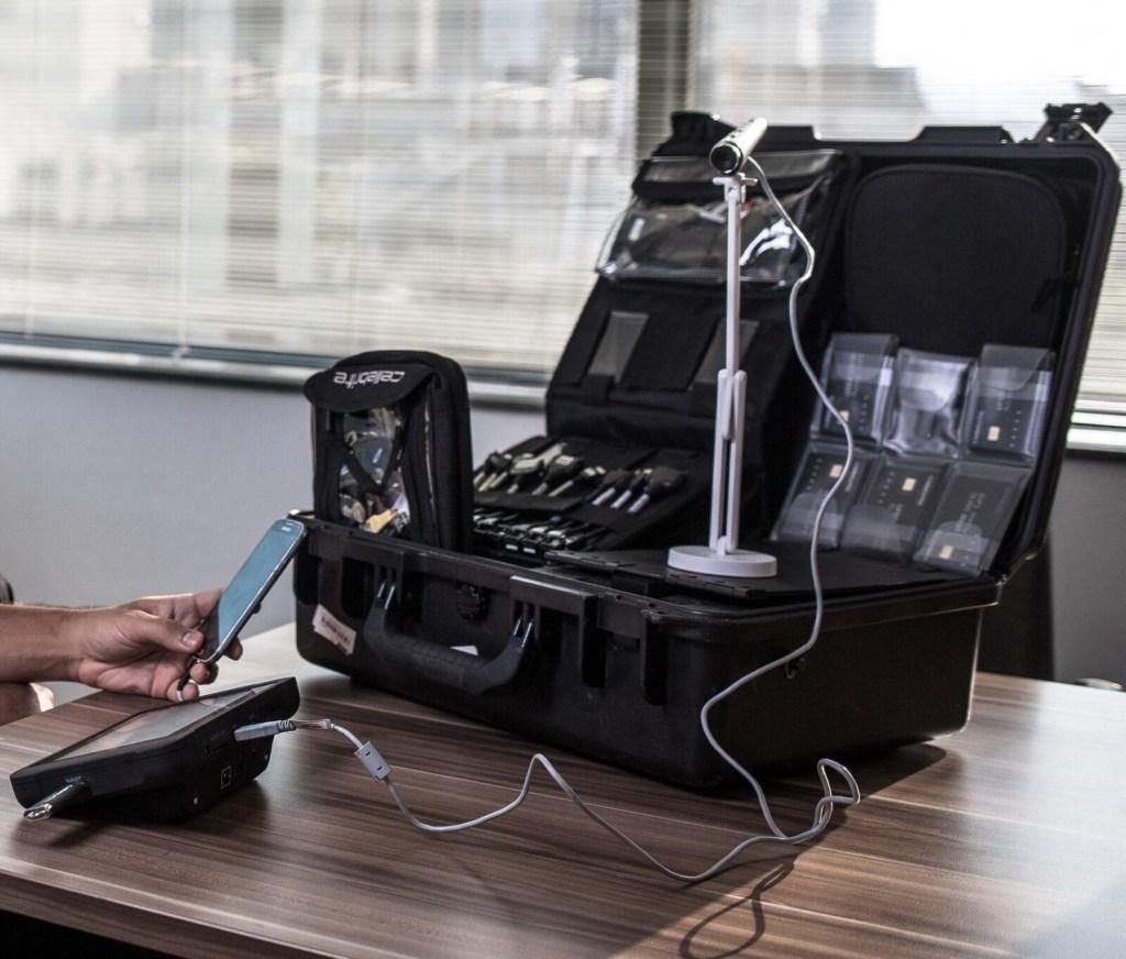 16ago2017 maleta da cellebrite com equipamentos e cabos extracao de dados de diversos celulares 1502909216237 1851x1577 1024x872 - Inteligência do governo flagra maletas de grampo ativas na Esplanada