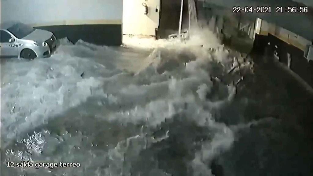 2 8 1024x577 - Câmeras de segurança flagram momento em que piscina de condomínio de luxo desaba - ASSISTA