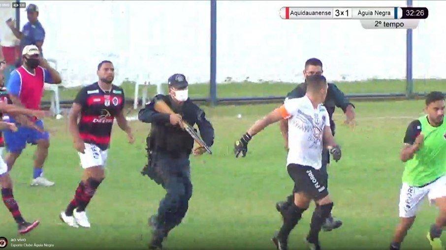 247setto8qol9ehqdd2m23eq6 - Policial atira em direção de jogador e zagueiro é preso em campeonato estadual - VEJA VÍDEO