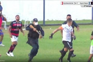 Policial atira em direção de jogador e zagueiro é preso em campeonato estadual – VEJA VÍDEO