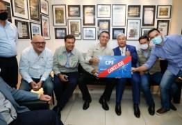 """Bolsonaro ignora mortes por covid e posa para foto com placa """"CPF cancelado"""""""