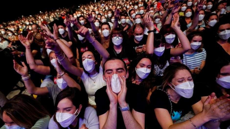 548898355 117738782tv066463221 - PANDEMIA: Como só 6 se infectaram com Covid-19 em show com 5 mil pessoas em Barcelona?