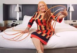 Após 30 anos, mulher com as unhas mais longas do mundo resolve cortá-las -VEJA VÍDEO