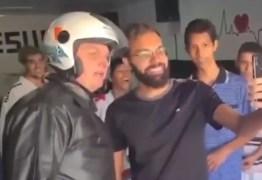 Bolsonaro anda de moto por comunidade de Brasília e toma sopa em ONG; VEJA VÍDEO
