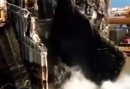 Vídeo mostra carros despencando no mar durante corte de navio tombado; assista